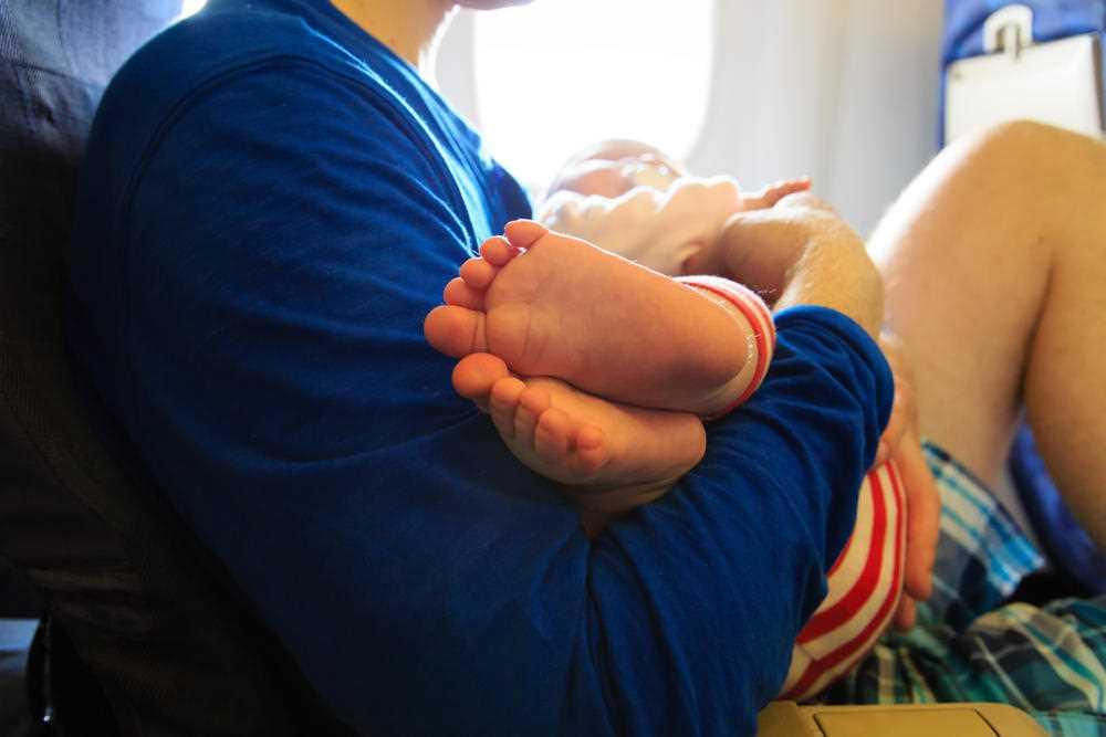 дети в самолете мешают