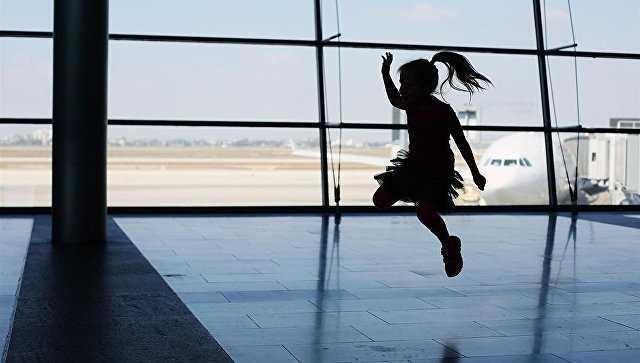дети в самолете взлет
