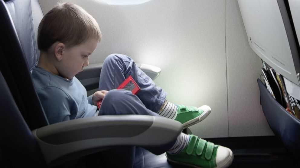 дети в самолете что делать