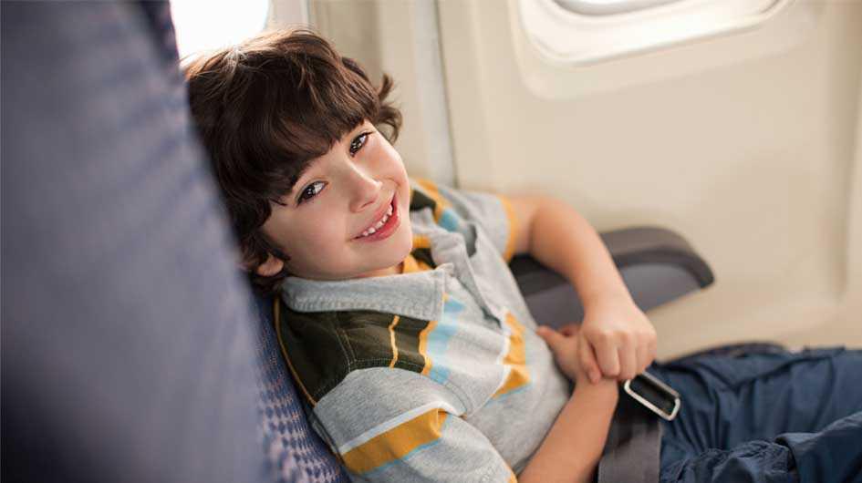 дети строятся в самолете