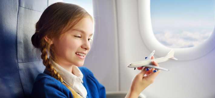 маленькие дети в самолете фото
