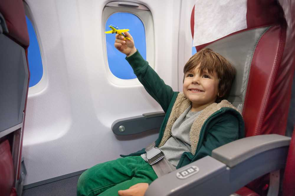 на чем сидят дети в самолете