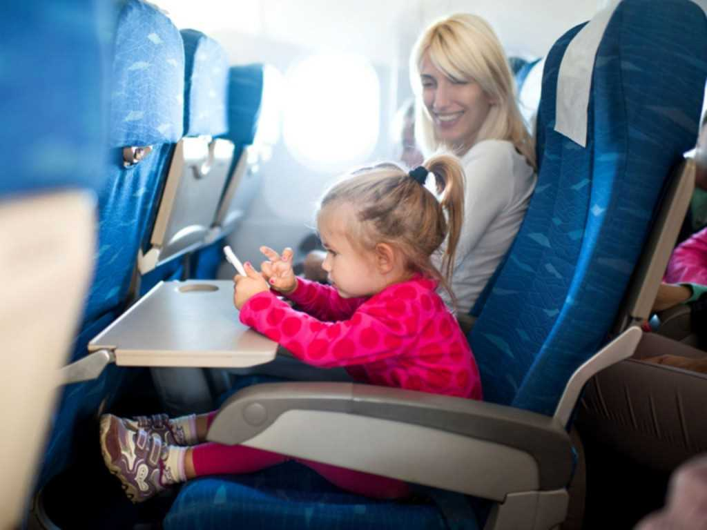 маленькие дети в самолете