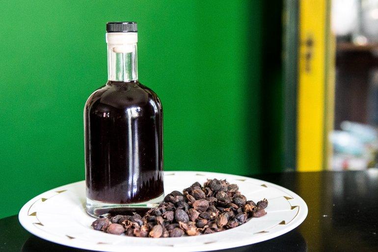 Рецепт ликера из черноплодной рябины и листьев вишни