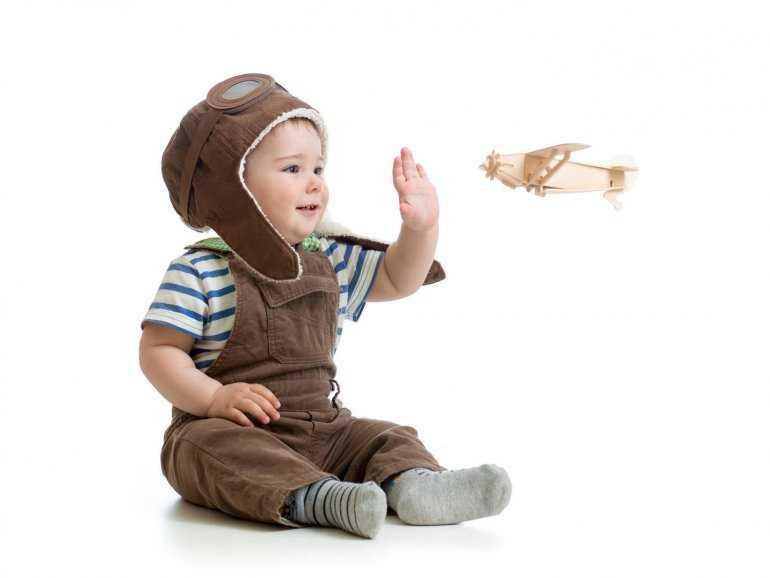Дети в самолете: разбор правил полета для годовалых детей