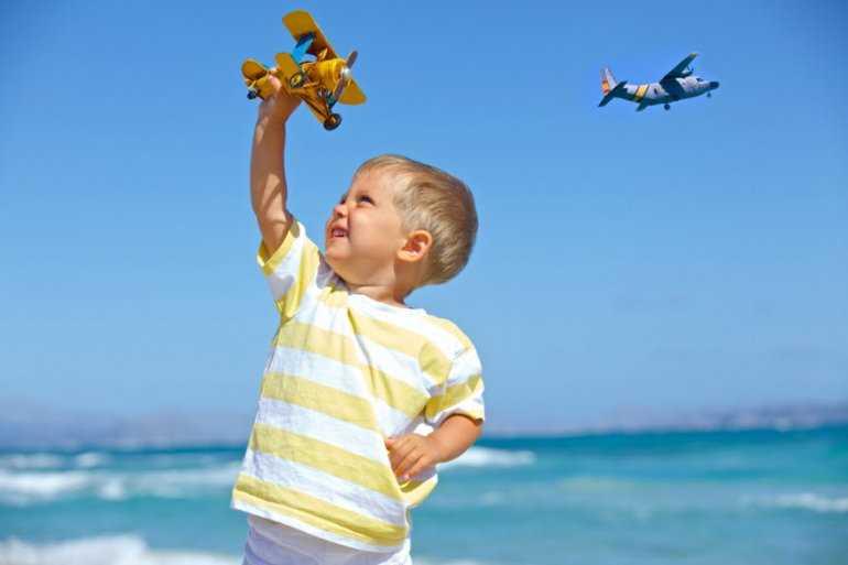 Авиаперелёт без проблем: Почему детям в самолете закладывает уши и как помочь ребенку?