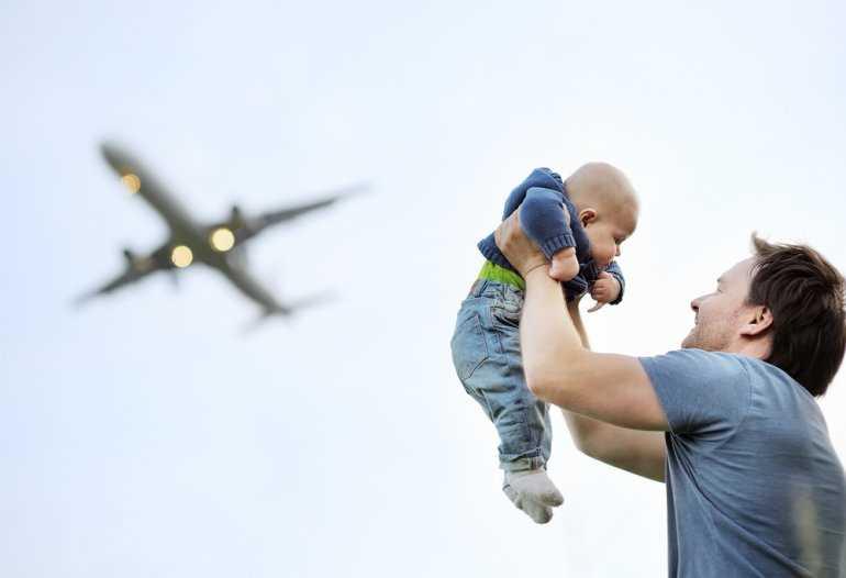 Дети в самолете: Еда на борту или домашний перекус?