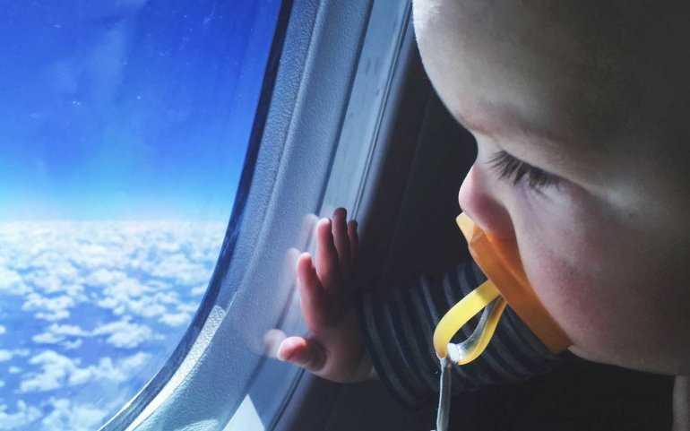 Дети в самолете: Как переносят полет дети разных возрастов