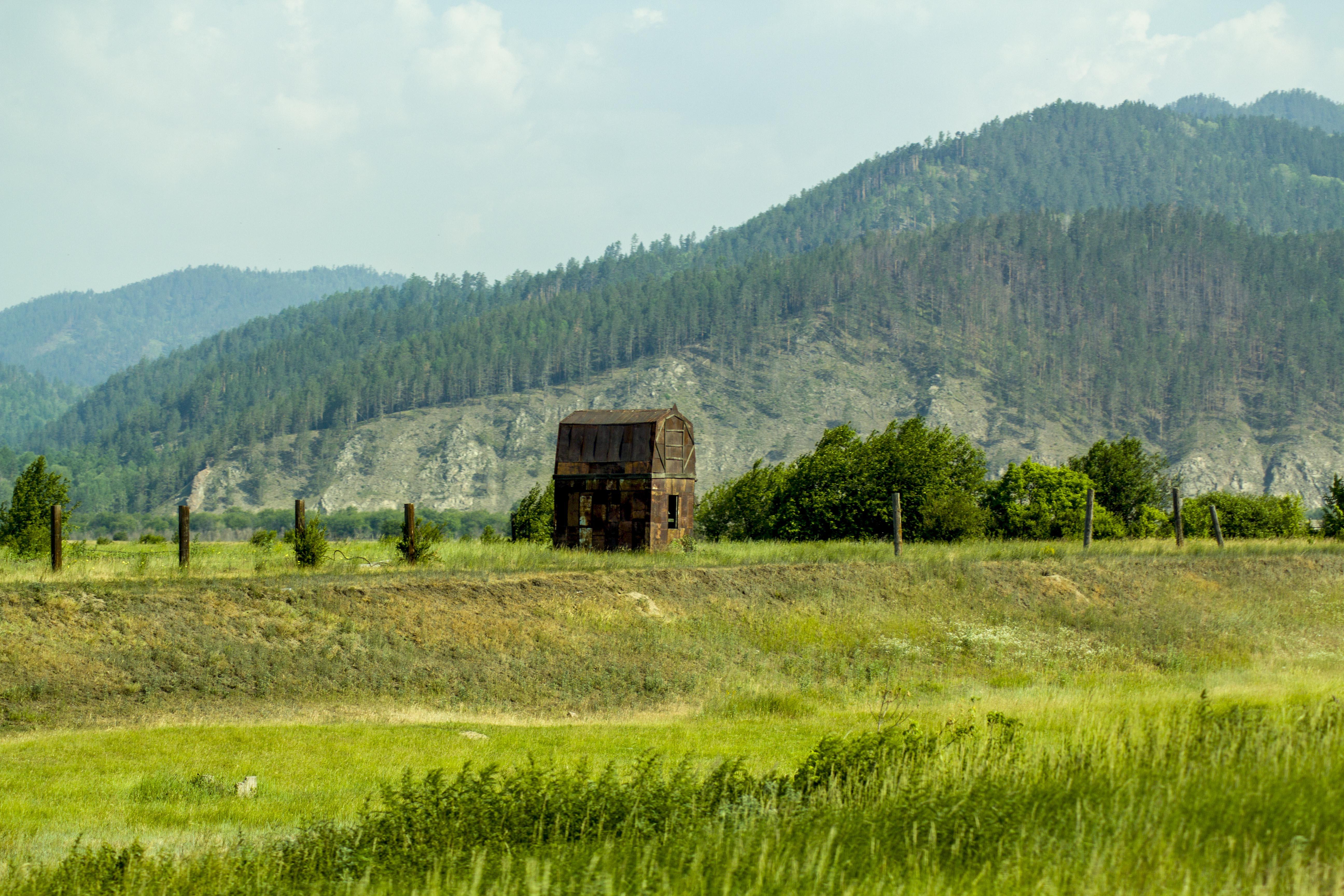 Странный железный дом, посреди степи. Может кто знает - что это может быть?