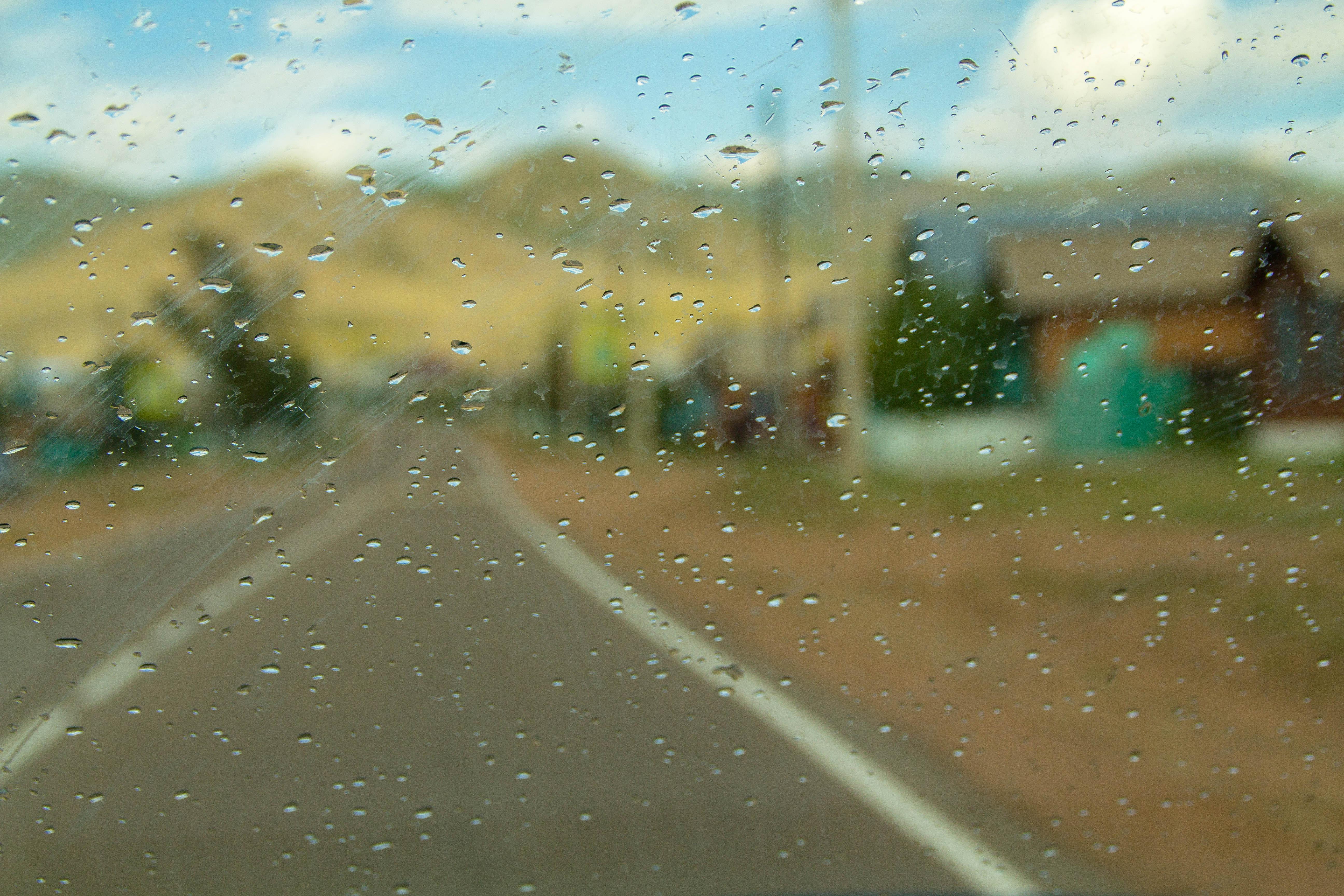 Брызги дождя на лобовом стекле